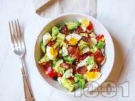 Рецепта Нисковъглехидратна засищаща високоенергийна закуска с яйца, бекон и авокадо